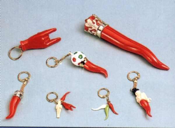 dei portachiavi a forma di corno rosso e di peperoncini tricolore