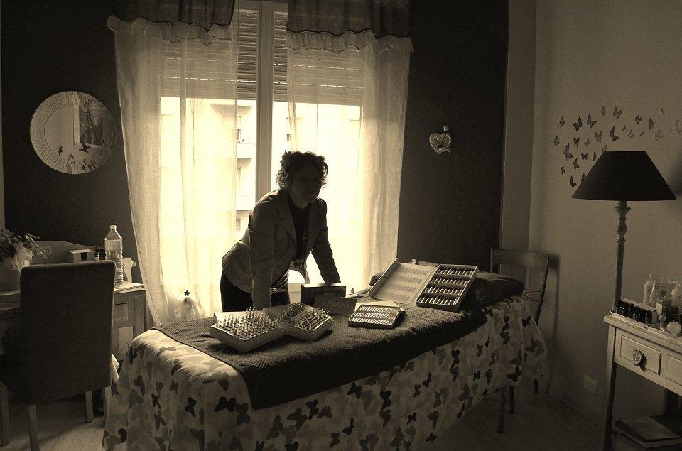 Eleonora in una foto di fronte al suo lettino, con filtro seppia