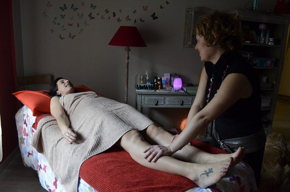 Eleonora effettua un massaggio rilassante su una paziente sorridente sul lettino