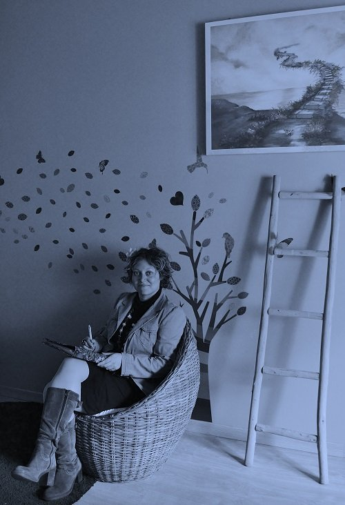 Naturopata seduta mentre scrive
