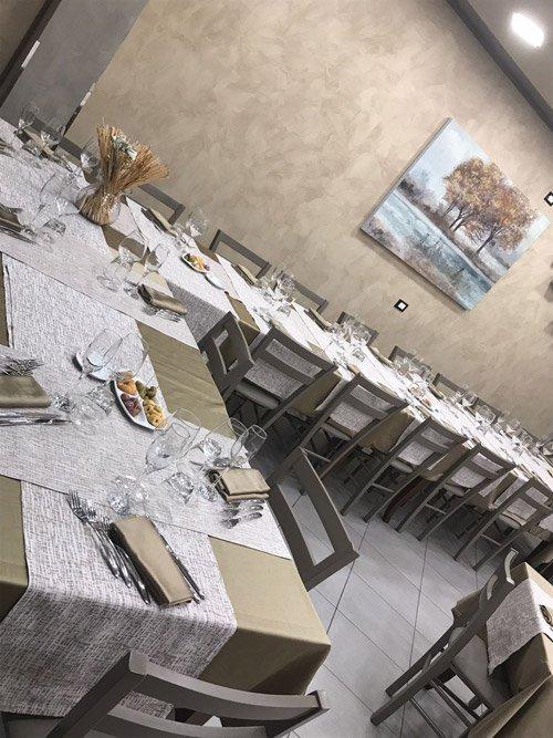 vista dei tavoli dentro il locale