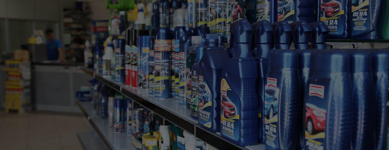 assortimento prodotti per auto sugli scaffali