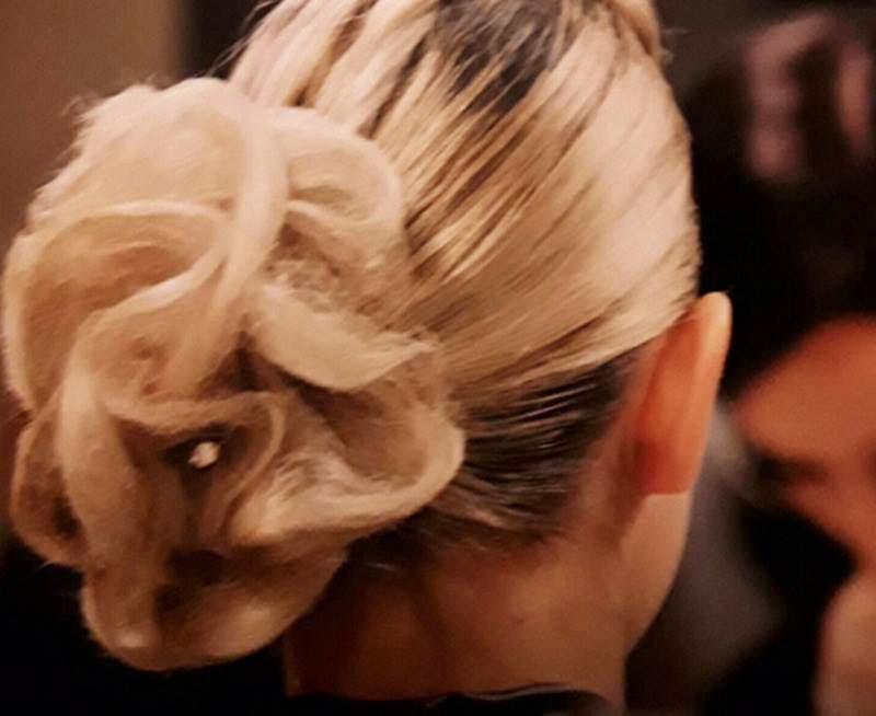 ragazza con i capelli biondi