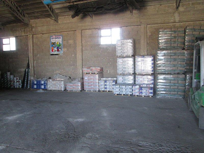 un magazzino con delle confezioni di materiale su dei bancali