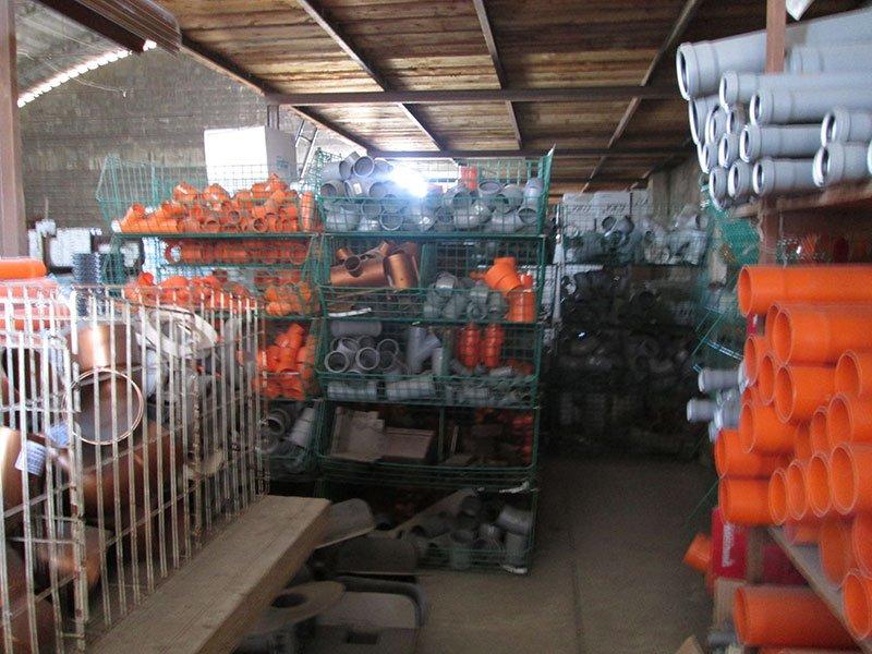 dei tubi arancioni e grigi dentro a degli scaffali in ferro