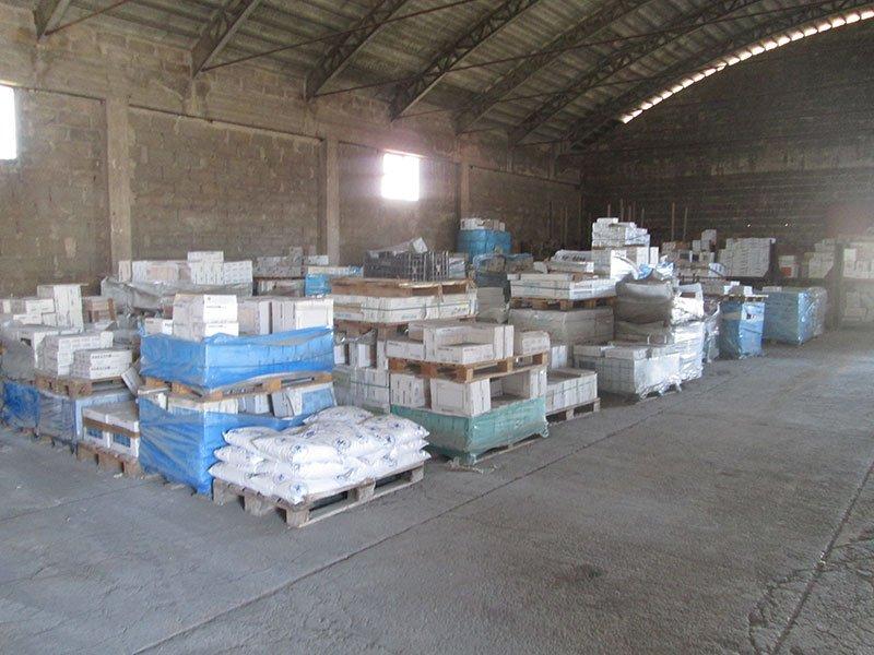 delle scatole di materiale sui bancali in un magazzino