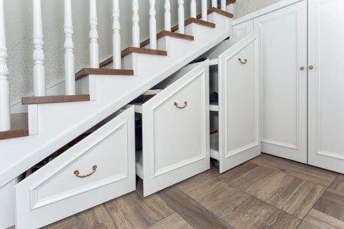 Simple mansarda e mobili per sottoscala ante bianche semi aperte in un sottoscala with mobili - Mobili x mansarda ...