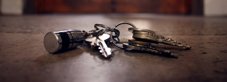 chiavi di casa per terra