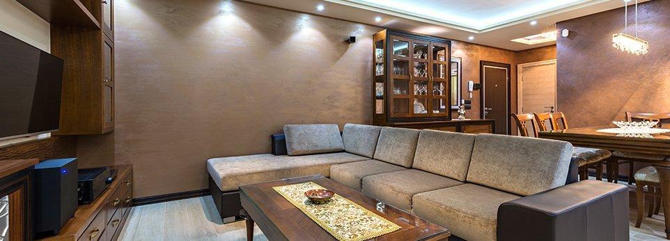 Salotto con divano e tavolo