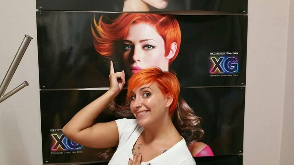 Ragazza con i capelli arancioni
