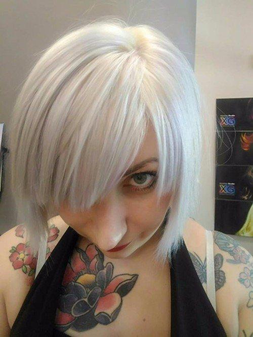 Donna con taglio corto e tintura bianca