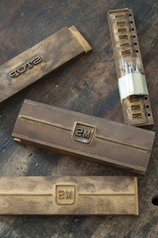 scritte su barre metalliche, incisioni su barre metalliche, lavorazione barre metalliche