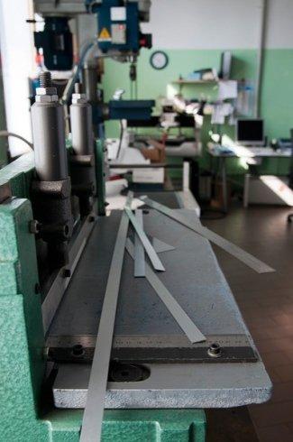 sistemi di misurazione, incisioni su fasce metalliche, lavorazioni su superfici metalliche