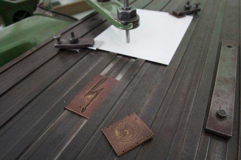 scritte su metallo, incisioni su lastre metalliche, incisioni su ferro