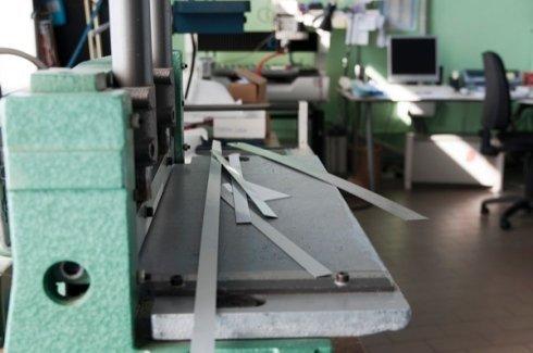 incisioni su lastre, incisioni su fascette metalliche, scritte su metallo