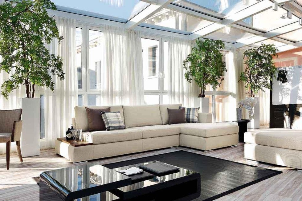 Progetto divano in locale tutto vetro