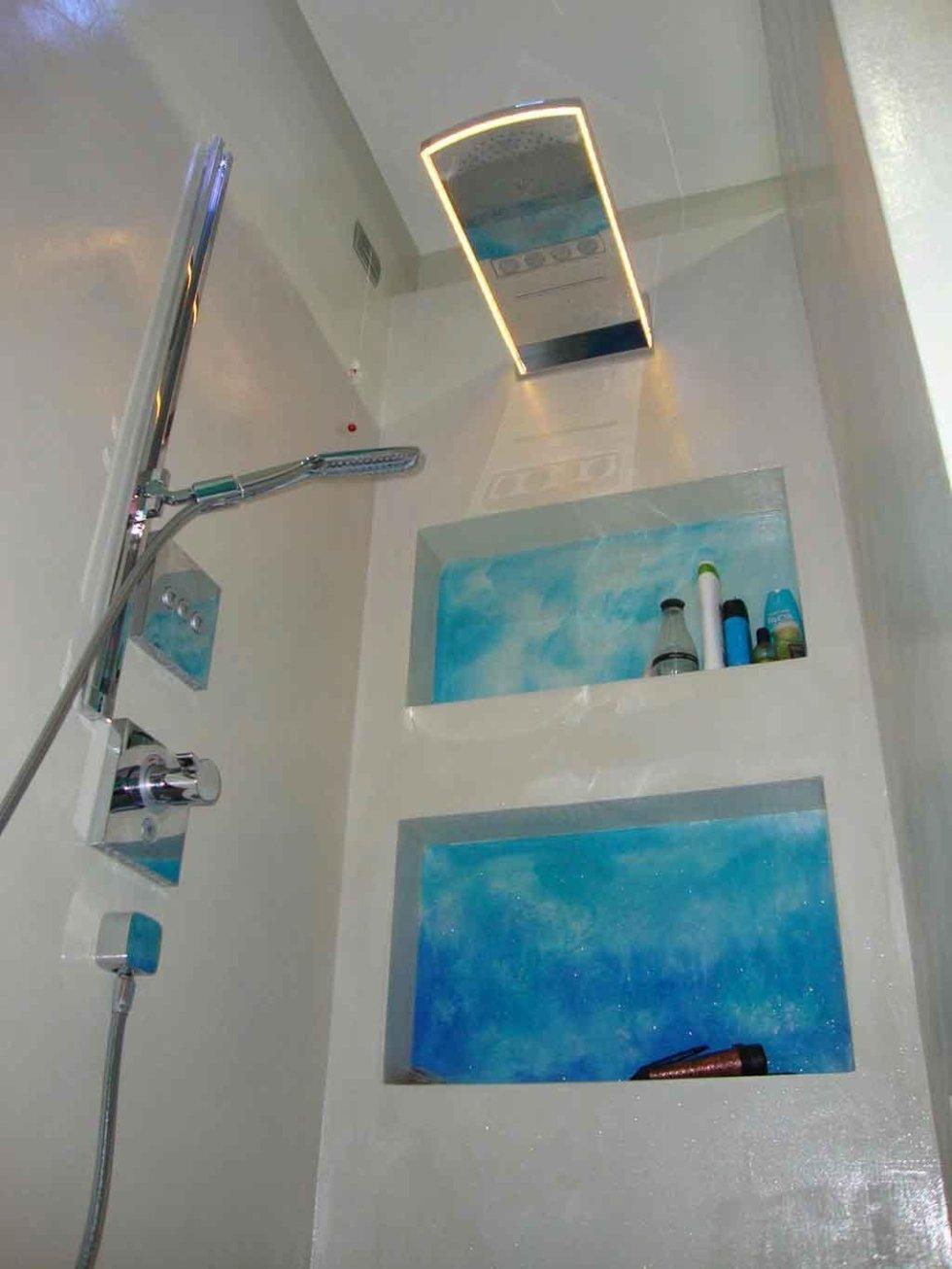 Progetto bagno con pareti in resina
