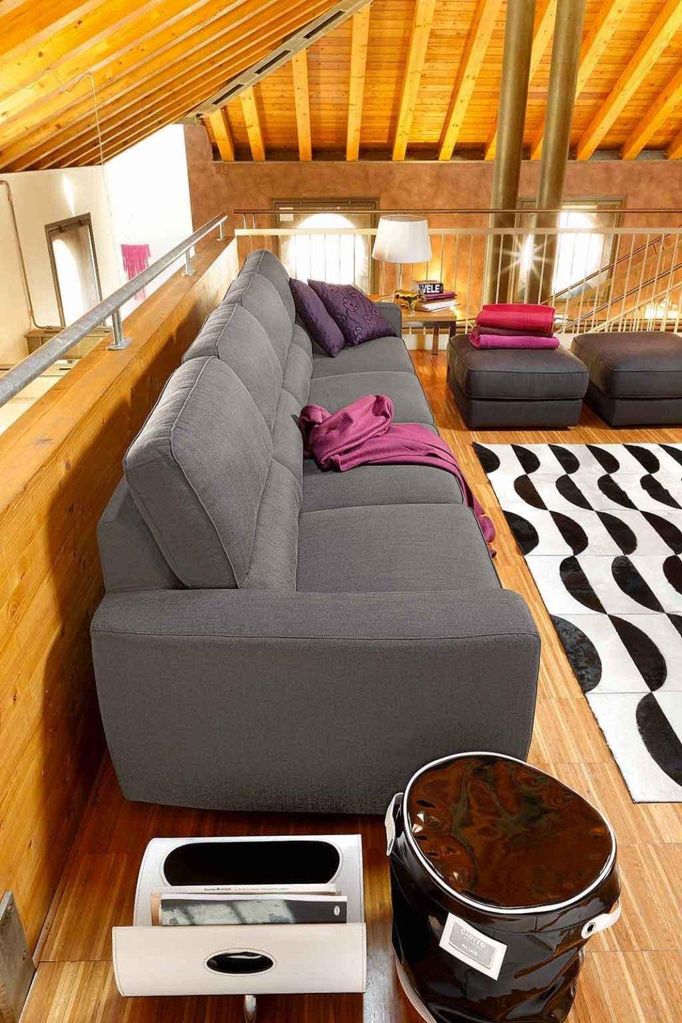 Progetto divano grigio in mansarda