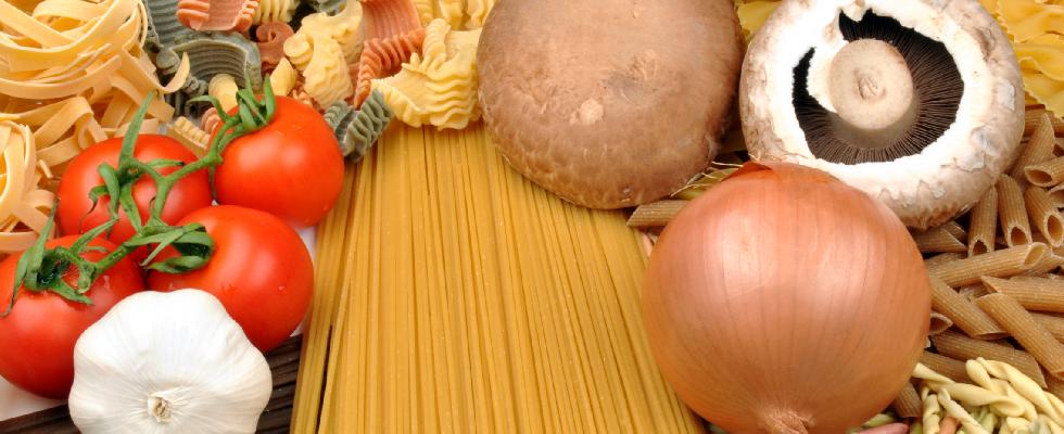 Diversi tipi di pasta, funghi.cebolla, aglio e pomodori