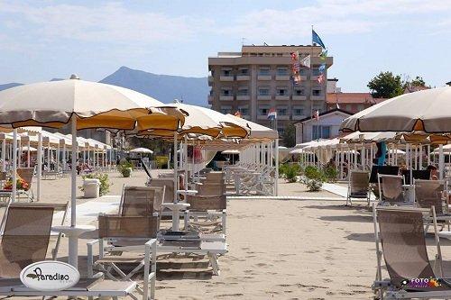 spiaggia attrezzata con sdraio e ombrelloni