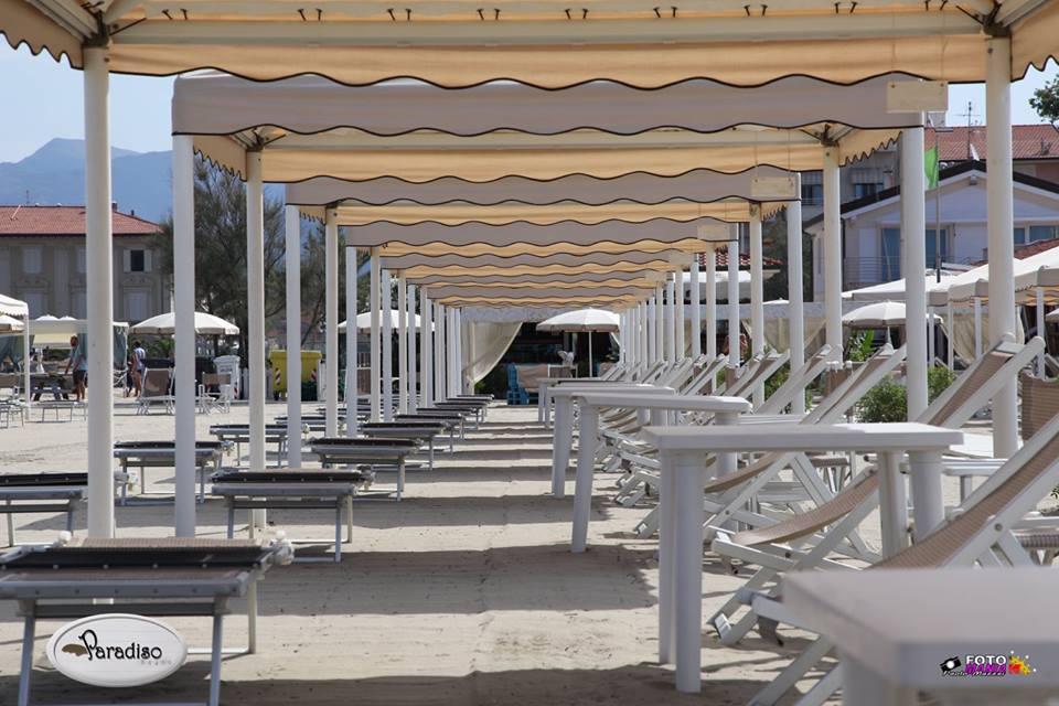 serie di gazebo da spiaggia con lettini