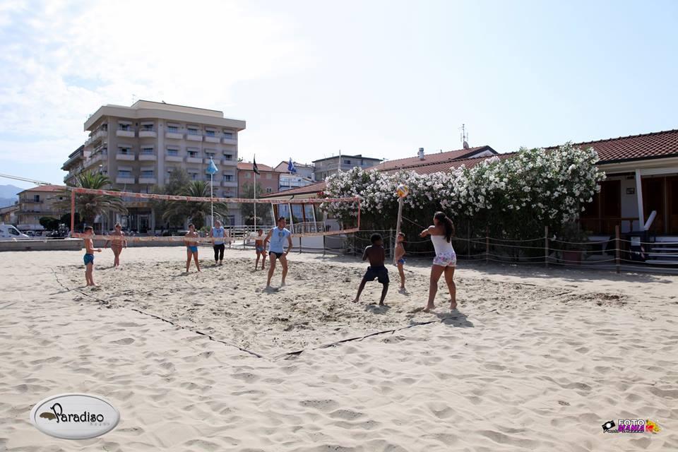 persone che giocano a beach volley