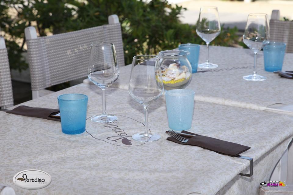 posate e bicchieri su di un tavolo apparecchiato