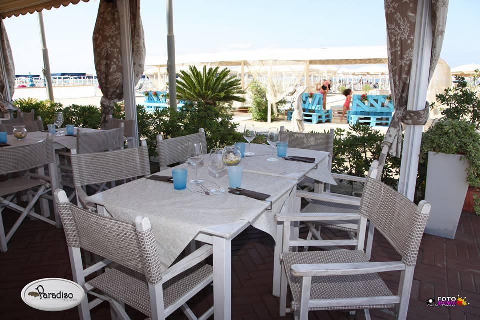 tavolo apparecchiato su una terrazza di un ristorante
