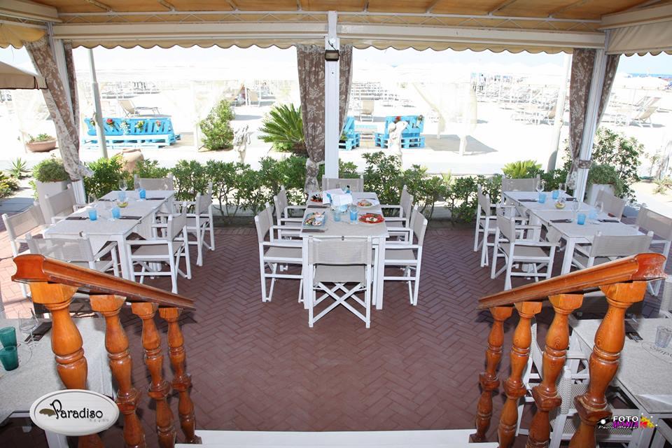 sala esterna coperta di un ristorante