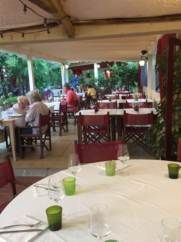tavoli di un ristorante all'esterno