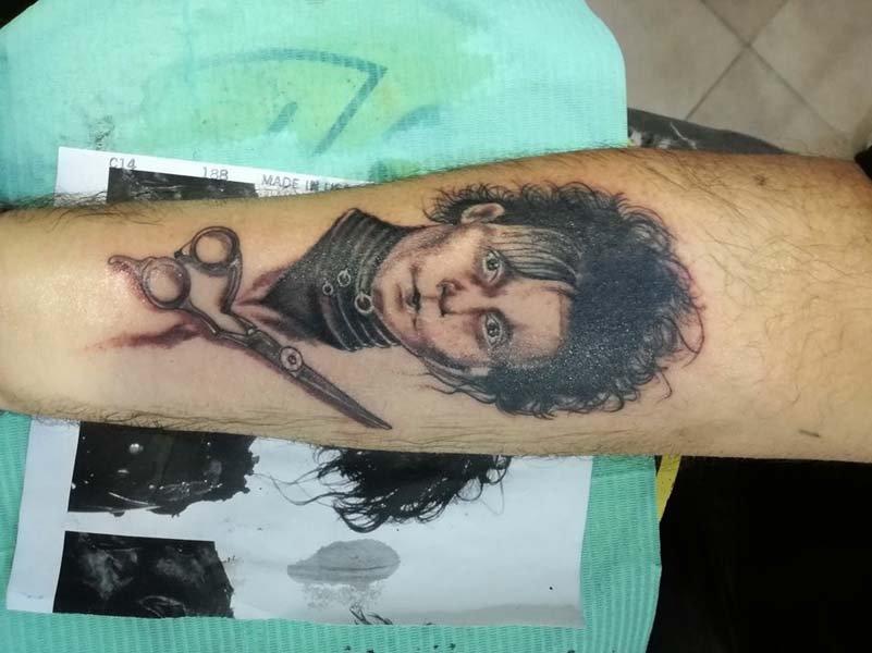 Tatuaggio mani di forbici