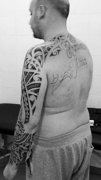 Tatuaggio spalla in bianco e nero
