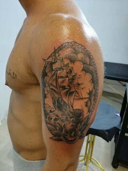 Tatuaggio veliero su spalla