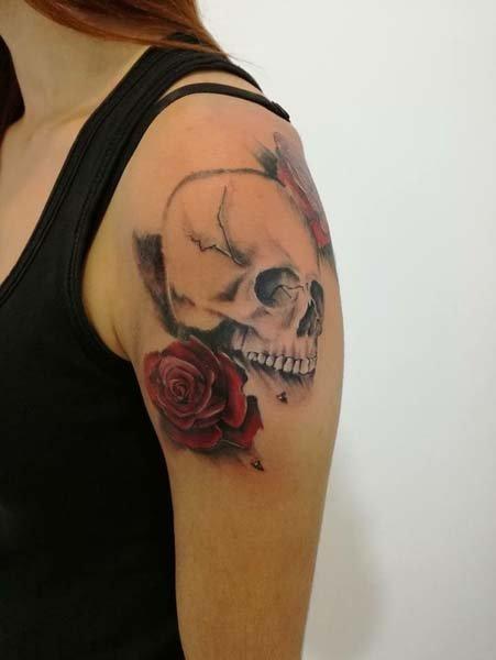 Tatuaggio teschio su spalla