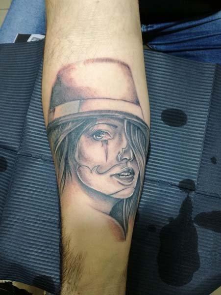 Tatuaggi viso donna con cappello