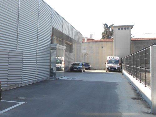 vista da lontano di un'ambulanza e due macchine parcheggiate