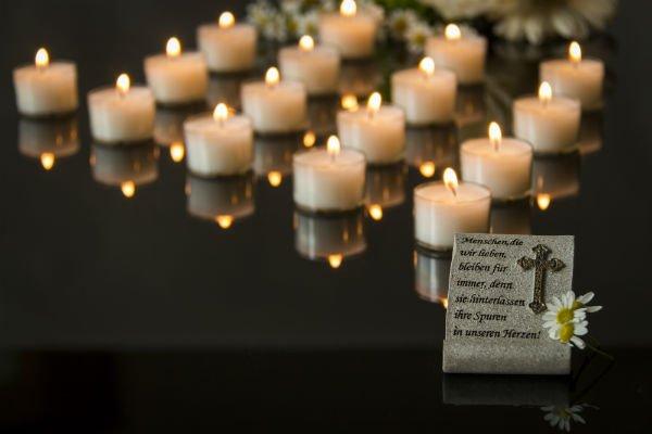 Preghiera scritta in pietra, fiore bianca,candele