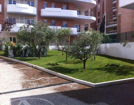 degli alberi in un giardino di un condominio