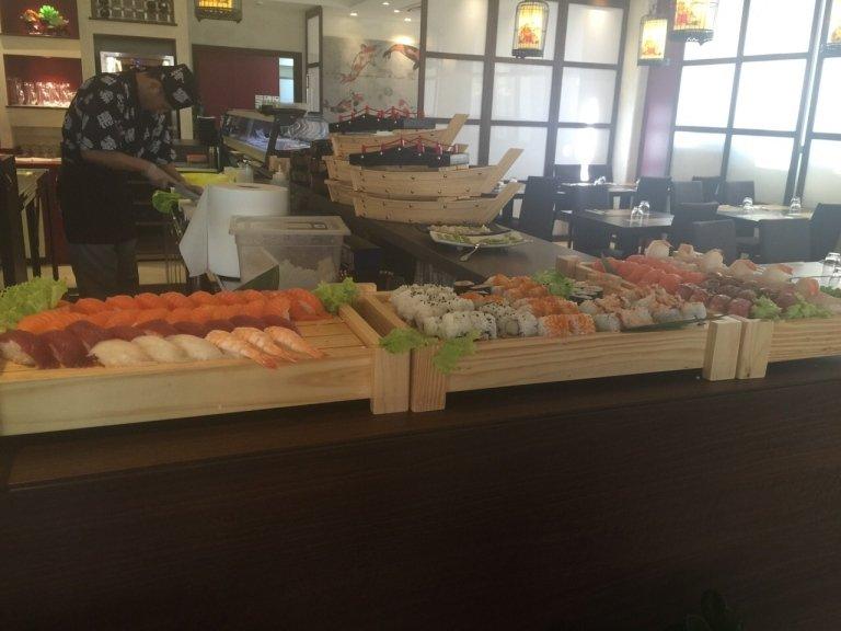 dei taglieri di bambù con del sushi