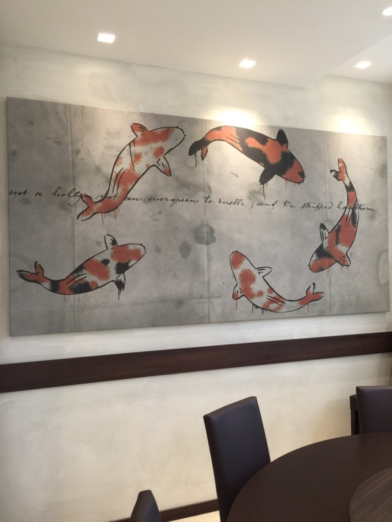 un quadro al muro con un pesce rosso