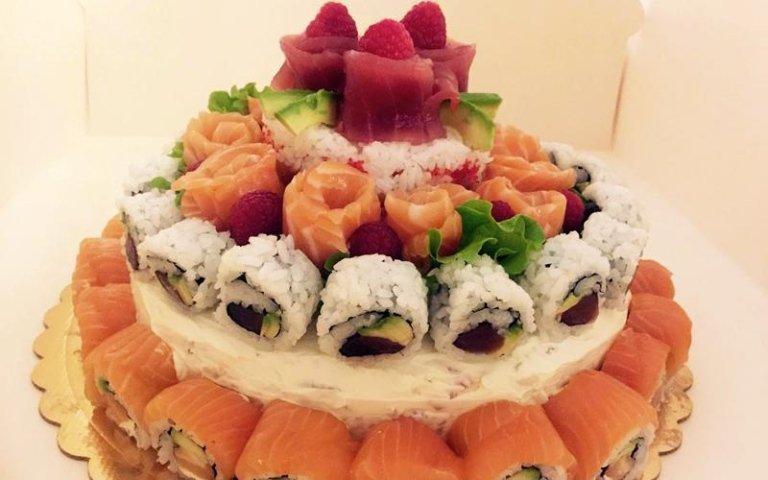 del sushi presentato a forma di torta