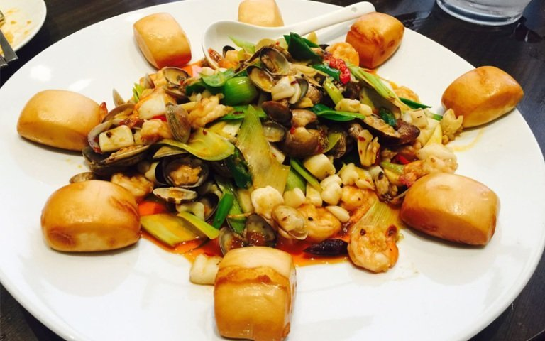 un piatto a base di verdura, cozze e gamberi