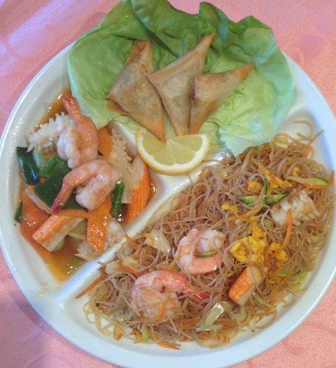 un piatto di noodles al pesce, gamberi e surimi