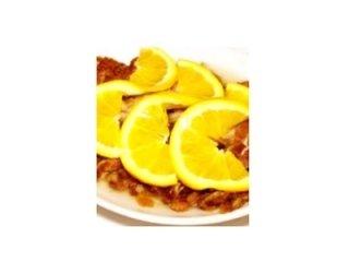 piatto di carne con fette di limone a decorazione