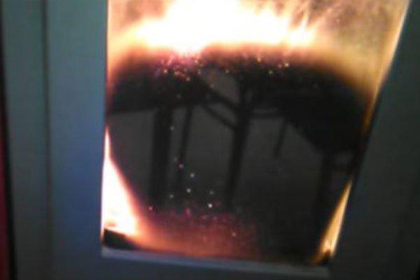un camino con un vetro nero