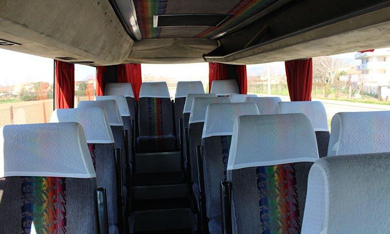 vista dei sedili interni di color grigio e bianco con disegni multicolore