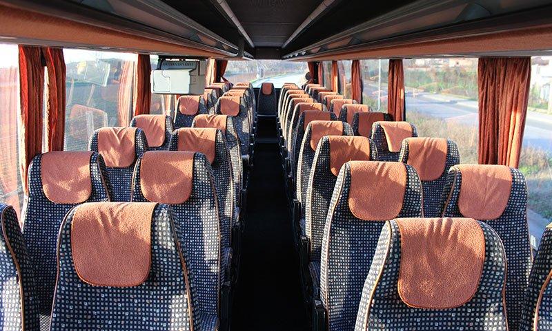 dei sedili neri a quadretti bianchi e arancioni all'interno di un pullman