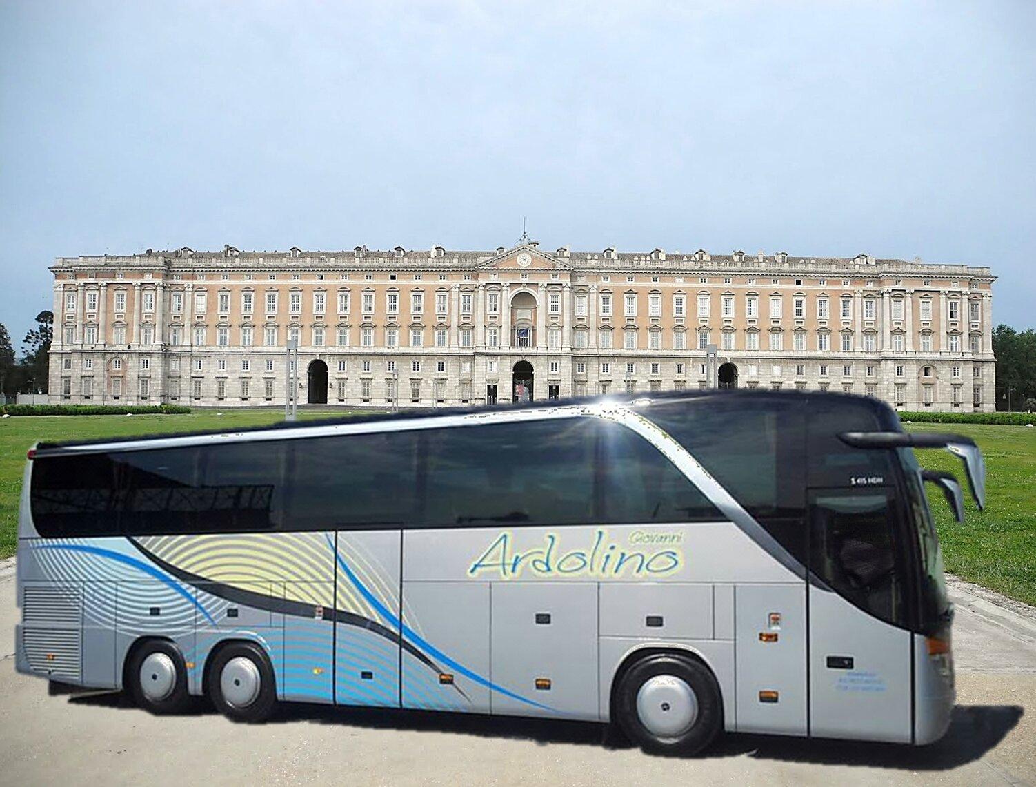 autobus di fronte alla reggia di Caserta