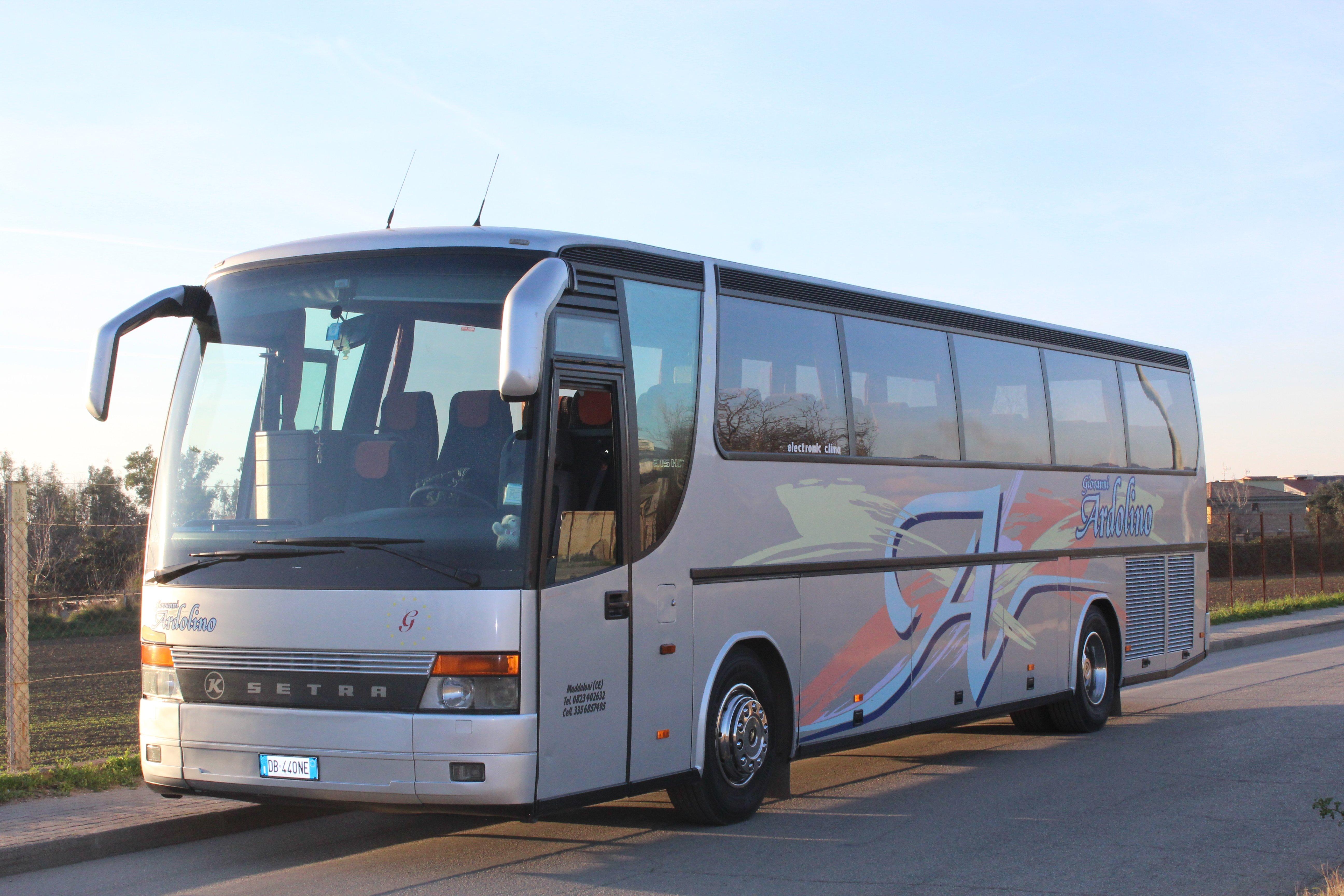 autobus grigio