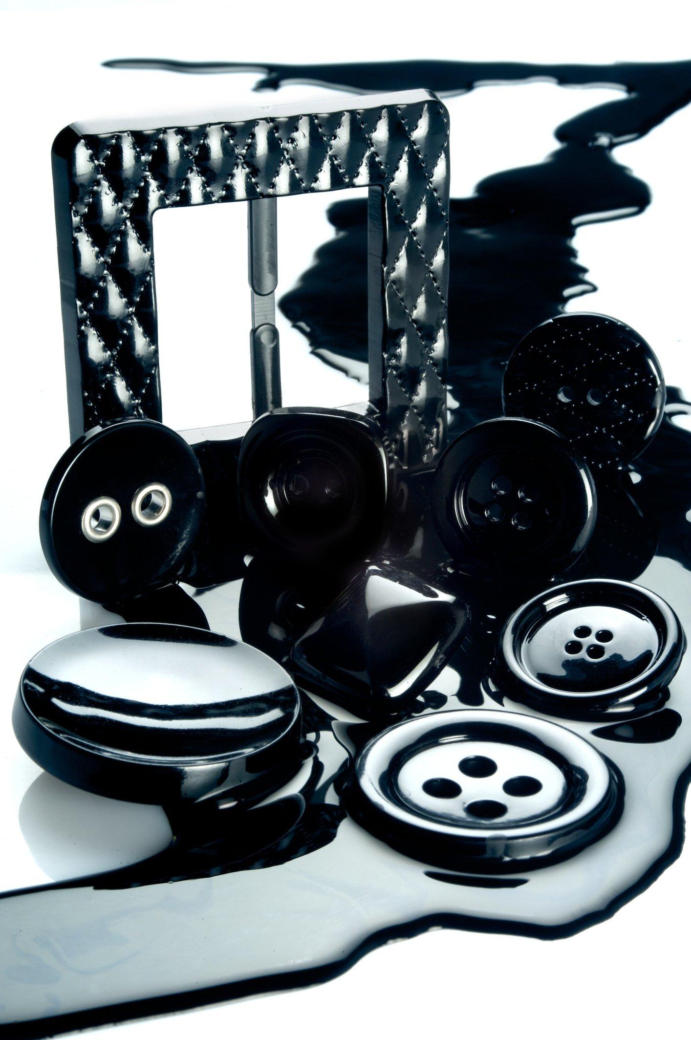 Bottoni e fibbia neri